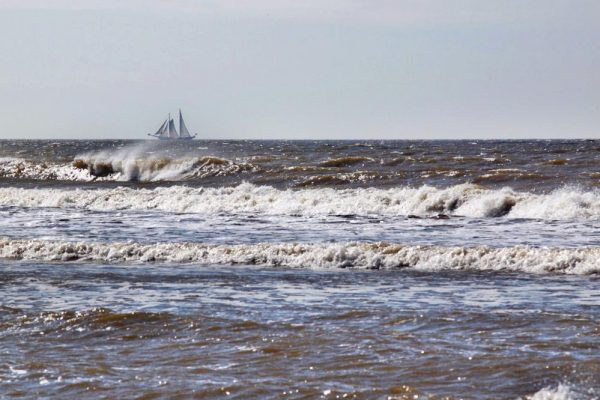 schip aan de horizon voorgrond golven